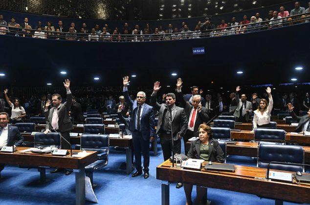 Senadores na sessão deliberativa desta quarta-feira, observados pelo público nas galerias do Plenário
