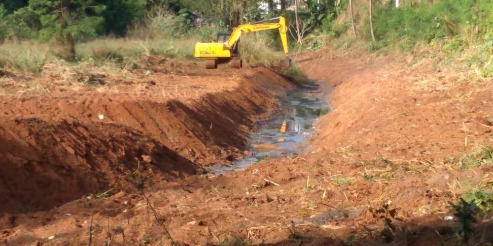 Ibiraçu - Prefeitura realiza limpeza em Valão no Bairro Aricanga
