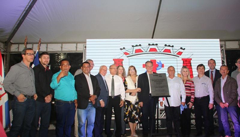 O prefeito Jones Cavaglieri e a Secretária de Saúde Clenir Avanza na companhia das demais autoridades