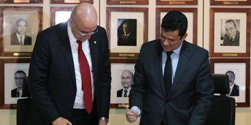 Os ministros da Justiça e Segurança Pública, Sergio Moro, e da Cidadania, Osmar Terra, durante a cerimônia de assinatura de protocolo de intenções para o combate à pirataria . - Fabio Rodrigues Pozzebom/Agência Brasil
