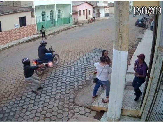 O alvo dos atiradores, segundo a Polícia Militar, era possivelmente o homem que estava na calçada