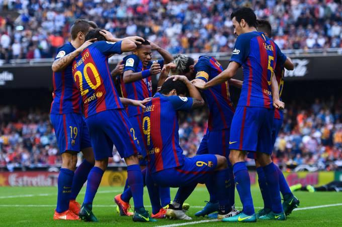 Teatro? Garrafa atinge Neymar e Messi em vitória do Barcelona
