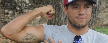 Adriano de Souza mostra tatuagem em homenagem ao amigo Ricardo dos Santos (Foto: David Abramvezt)
