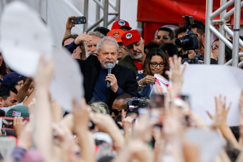 Em um discurso de aproximadamente 20 minutos, Lula agradeceu aos militantes do PT que fizeram um acampamento na frente da PF em Curitiba durante os 580 dias de duração da prisão - Reuters/Rodolfo Buhrer/Direitos reservado