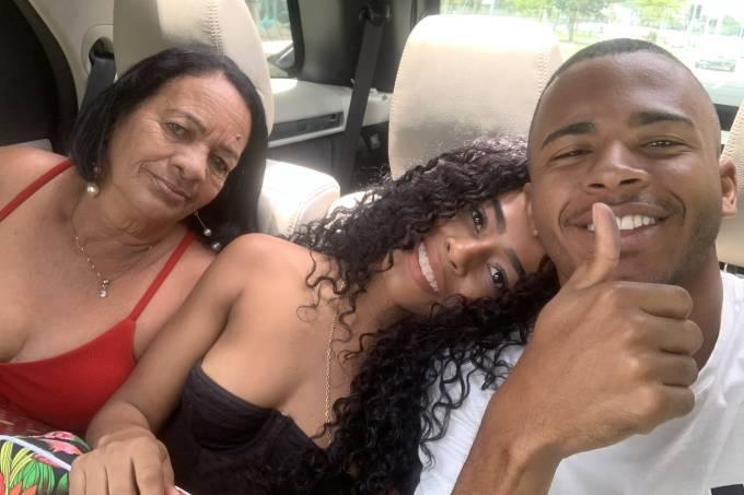 O DJ Rennan da Penha, com a mãe e a namorada, após deixar o complexo penitenciário de Bangu, no Rio (Reprodução/Reprodução)