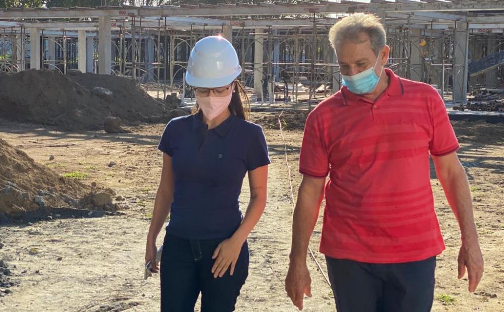 Prefeito Jones Cavagleiri e a responsável técnica, a engenheira civil Sara Duarte - Foto Raquel de Pinho SECOM/PMA