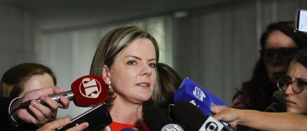 Gleisi afirma que Temer gastou R$ 14 bilhões para barrar denúncia