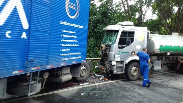 Aracruz - Acidente entre carreta e caminhão  deixa pista interditada