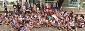 """João Neiva - Alunos de escola municipal recebem presentes da Campanha """"Natal Mágico``"""