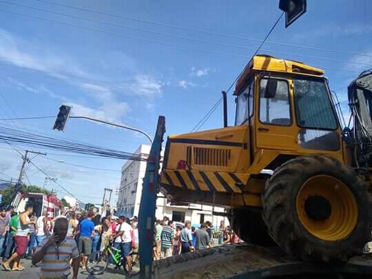Aracruz - Caminhão transportando trator florestal provoca  acidente ferindo mulher
