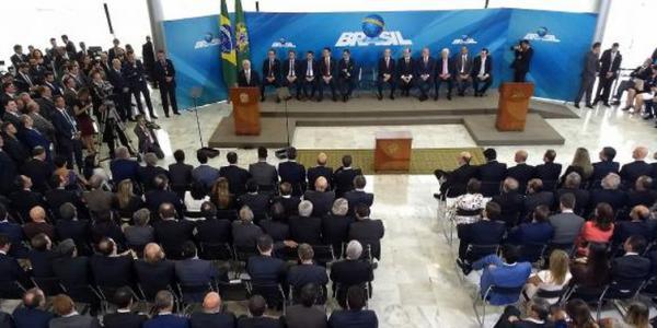 Temer dá posse a novos ministros e afirma que Brasil está no rumo certo