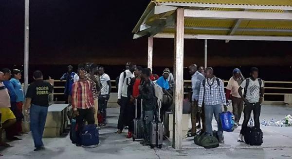 Embarcação com imigrantes do Senegal, Nigéria e Guiana foi resgatada à deriva na costa do Maranhão (Governo do Maranhão/Direitos Reservados)