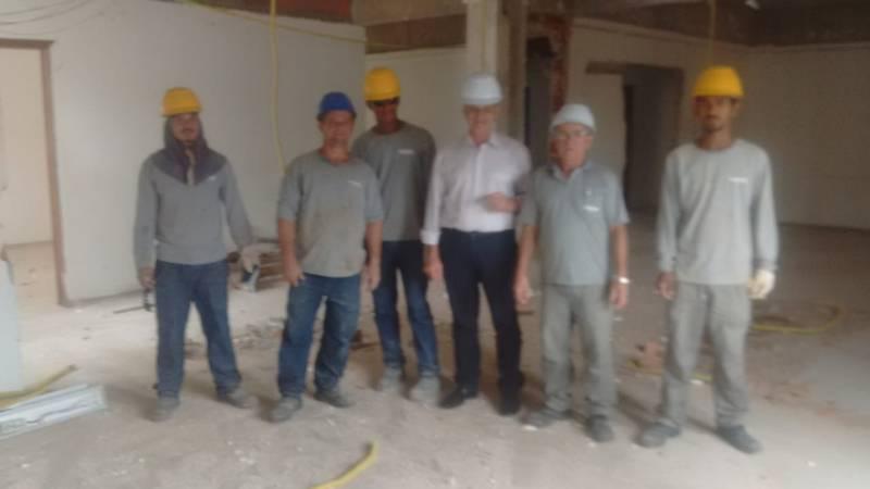 Aracruz - Prefeito Jones Cavaglieri visita obras da saúde