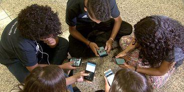 Celular ganha cada vez mais espaço nas escolas, mostra pesquisa