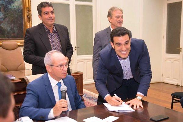 Aracruz - Erick Musso assina convênio que favorecerá idosos