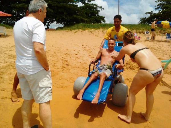 Prefeito Jones Cavaglieri acompanha momento em que um cidadão usa a cadeira flutuante para entrar no mar - Foto Divulgação