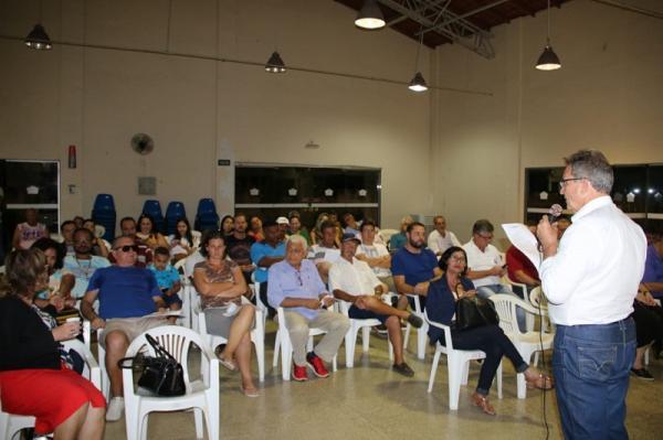 O prefeito Jones Cavaglieri dá explicações aos presentes sobre o novo contrato com o Hospital São Camilo - Foto Renato Lana
