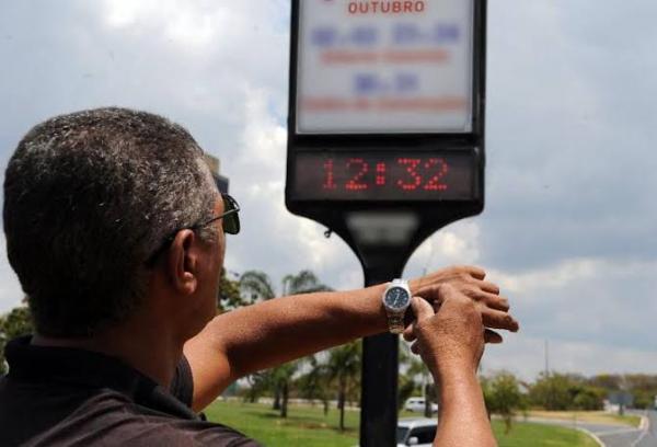 Relógios devem ser atrasados em um hora a partir da 0h de domingo (17)