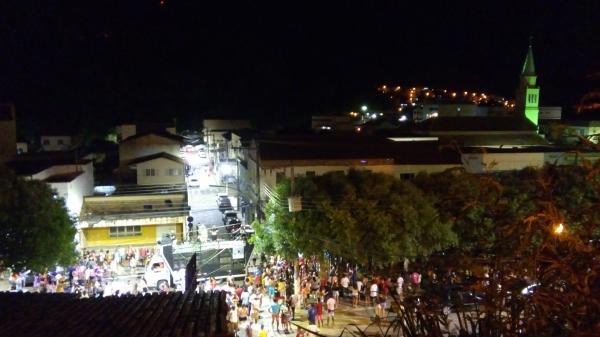 Foliões pelas ruas do centro de João Neiva