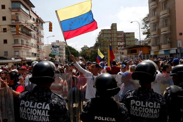 Em meio a um apagão, manifestantes vão às ruas na Venezuela