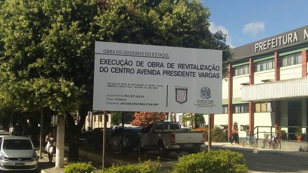 Placa com indicação do valor da Obra Centro de João Neiva